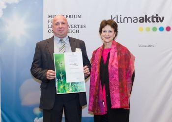Christian Frömmel mit Dr. Martina Schuster (BMLFUW) bei der Zertifikatsübergabe
