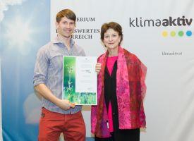 Mathias Wirl mit Dr. Martina Schuster (BMLFUW) bei der Zertifikatsübergabe