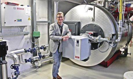 Braumeister Karl Trojan vor neuem Dampfkessel